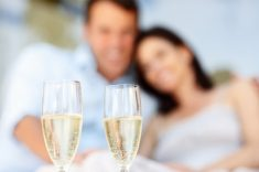 couple-drinking-champagne_tnjjbd